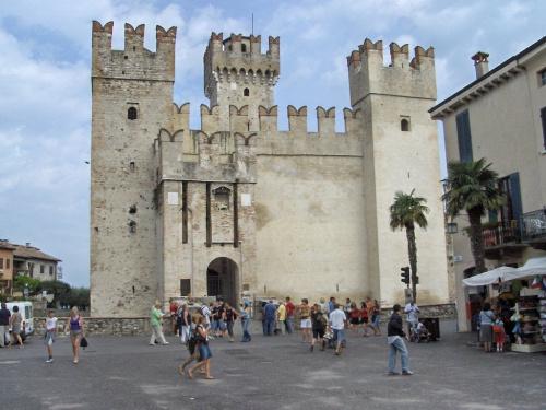 Zamek na wodzie - Sirmione #Jezioro #Garda #Zamek