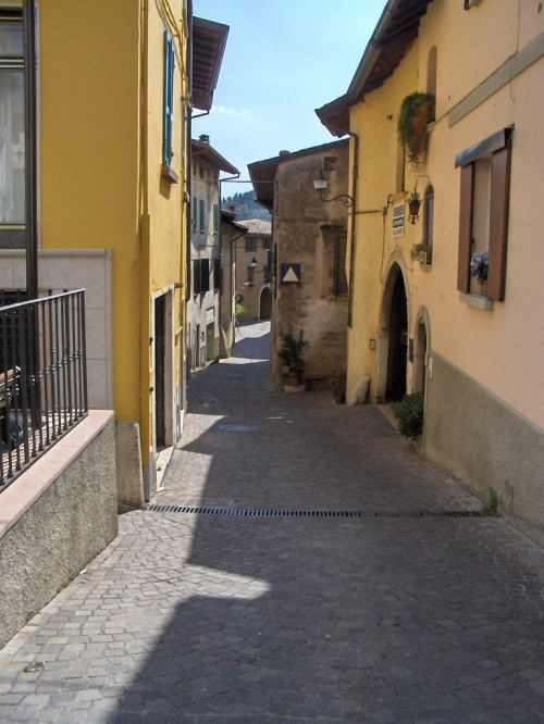 Jedno z miasteczek nad Gardą #Jezioro #Garda #Włochy