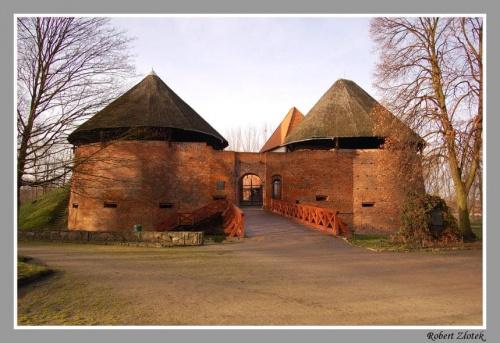 Front Zamku z bramą i mostem (niegdyś zwodzonym) #Międzyrzecz #zamek #Obra #muzeum #bunkry